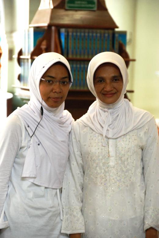 Eny dan Mommy pada saat Ustadz Haryono ke masjid Jami MLG 2009